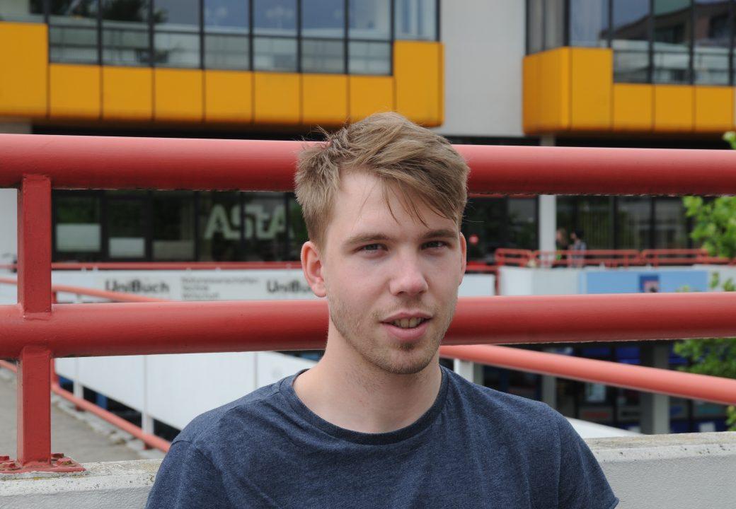 """Jonas (26 Jahre): """"Ich finde es nicht gerechtfertigt. Es sollte für alle, die hier studieren, gleiches Recht gelten."""""""