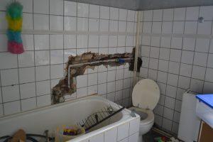 Teilweise saniertes Badezimmer im besetzten Haus in Bochum.