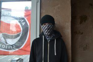Ein vermummter Aktivist im Besetzten Haus in Bochum.