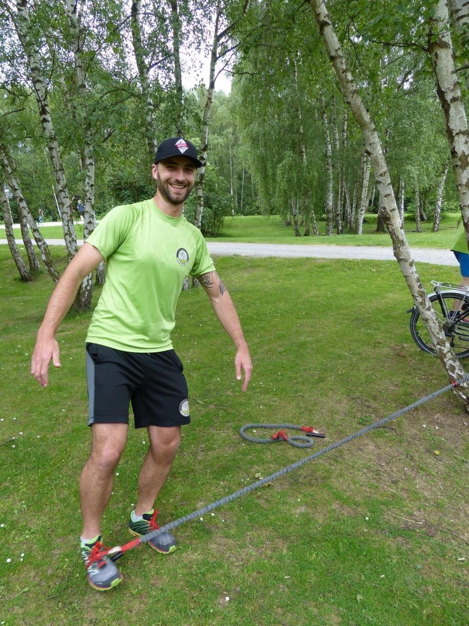 Der Mann bezwingt die Natur: Trainer Michael Cronrath führt eine Übung vor.